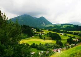 Жителям швейцарской деревни начнут раздавать деньги в качестве эксперимента