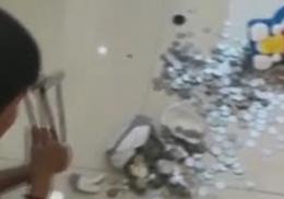 Девятилетний мальчик накопил сотни монет на кольцо для матери