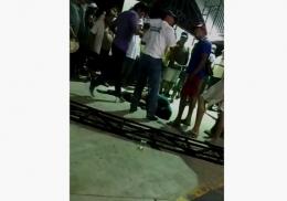 Разъяренная толпа бросила насильника на съедение крокодилам