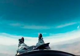 Парашютист лишился штанов во время прыжка
