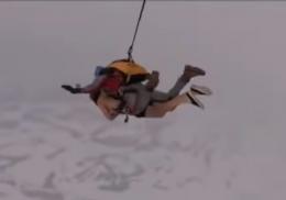 Россиянин разделся до трусов, прыгнул с парашютом и попал на видео