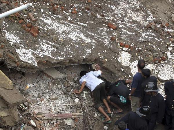 упало здание в мумбаи фото