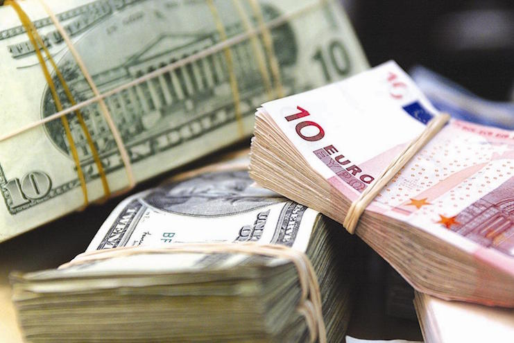 доллар и евро подорожали за год почти в два раза