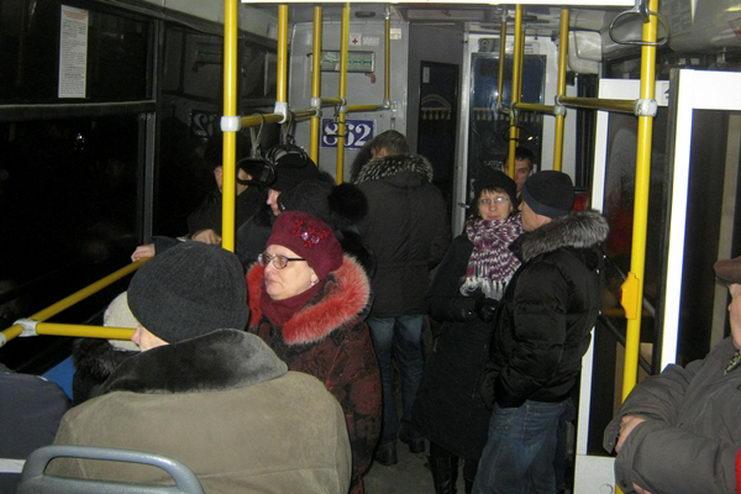жильцы дома в омске размещены в автобусе