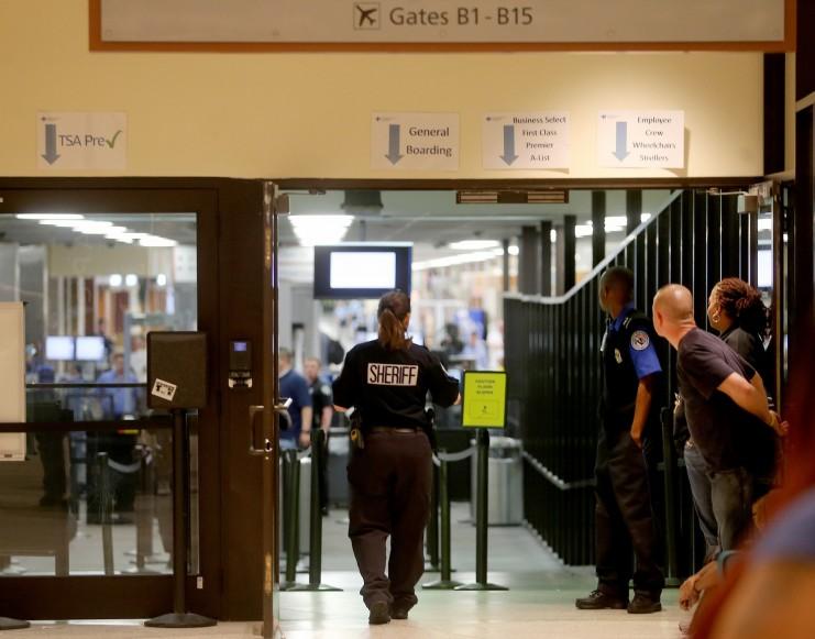 мужика напал с мачете в аэропорту нового орлеана