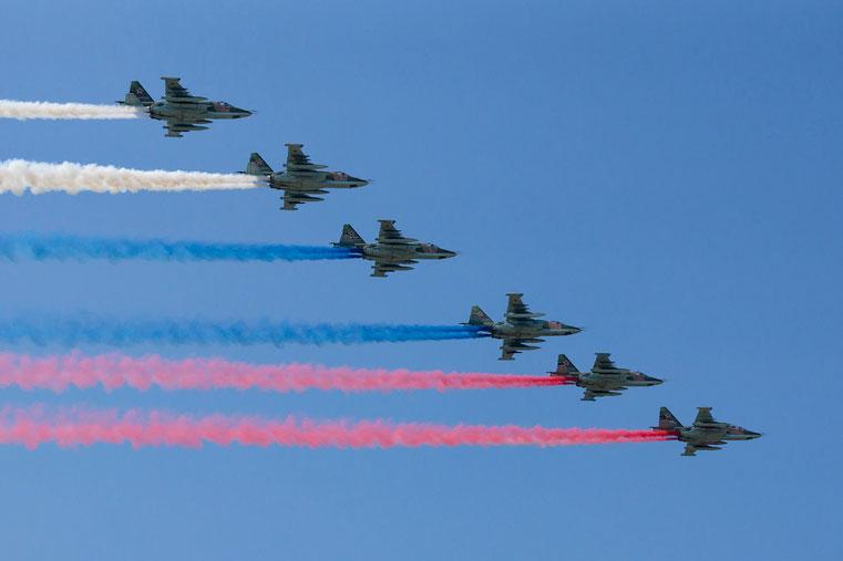 самолеты окрасили небо в российский флаг