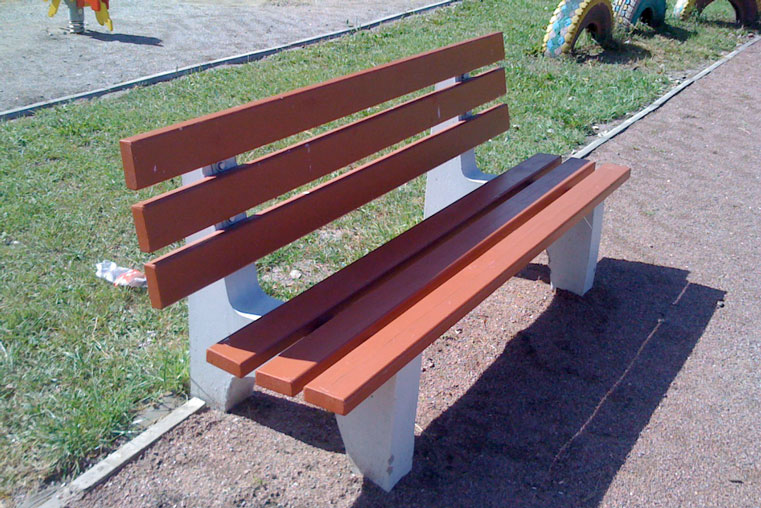 бетонная скамейка в парке в городе фото
