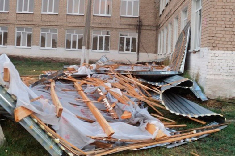 ураган в саратове сорвал листы с крыши