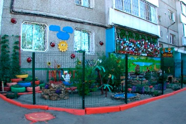 Забор во дворе