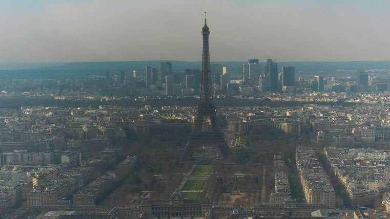 Эйфелева башня вновь оказалась окутана смогом