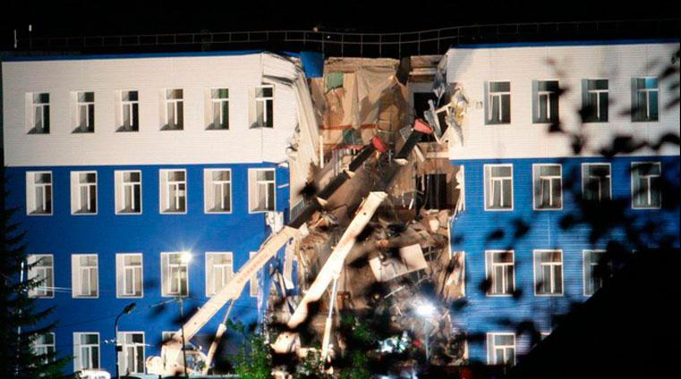 обрушение стен казармы погибли люди омск фото