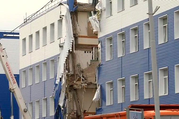 обрушение казармы фото омск