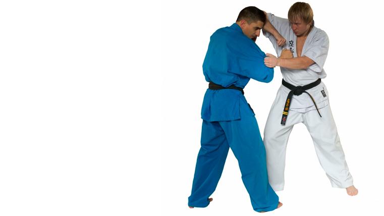 Эксперты в самообороне советуют использовать удары локтями