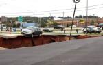 В США более десятка автомобилей внезапно провалились под землю