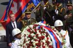 Возложение цветов премьер-министром России к памятнику камбоджийскому королю
