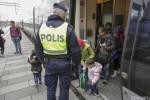 Полицейские убежали от беженцев