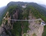 В китайском каньоне строят очередной стеклянный мост-гигант