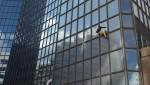 «Человек-паук» вылез высоко на небоскреб Total в столице Франции
