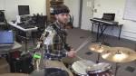 Манипулятор позволяет барабанщику играть в три руки