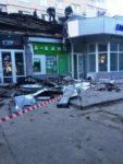 В Херсоне жертвой обвалившегося карниза магазина стала женщина, которая снимала деньги в банкомате