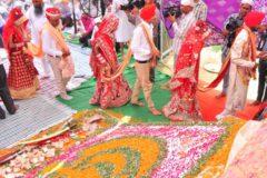 Индийским невестам подарили сотни деревянных бит для мужей-алкоголиков