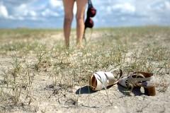 Женщина на нудистском пляже Корсики получила пулю в ягодицу из-за отказа одеться
