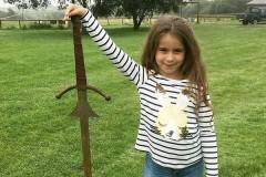 Семилетняя девочка нашла меч в озере из легенды о короле Артуре