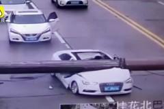 Падение крана на едущий автомобиль в Китае попало на видео