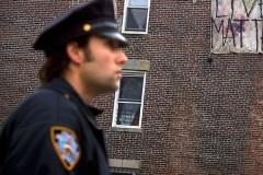 Прятавшийся от полиции взломщик позвонил спасателям и попросил помощи
