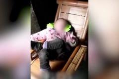 Пускающий кольца дыма четырехлетний курильщик поразил Китай