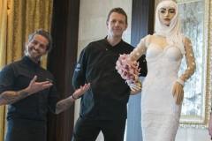 В Дубае испекли и съели шоколадную невесту в платье за миллион долларов