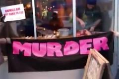 Владелец ресторана съел оленя на глазах возмущенных веганов