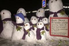 Армия снеговиков в Англии похоронила снежную бабу и потребовала правосудия