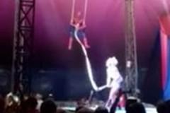 Падение циркового акробата с трапеции сняли на видео