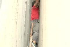 Мужчина полез за мячиком и намертво застрял между стенами