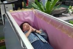 Жители Бангкока полезли в гроб за скидку