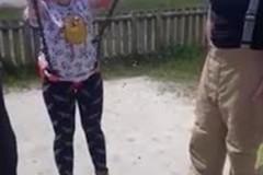 Молодая мать застряла в качелях и насмешила всю семью