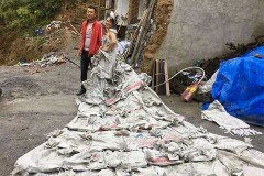 Китаянка сшила свадебное платье из 40 мешков для цемента