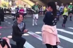 Романтик предложил девушке выйти за него на бегу и разочаровал зрителей
