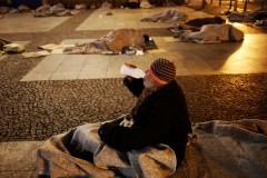 Шестилетняя девочка целый день раздавала еду и деньги бездомным
