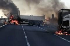 Бандиты на горящих грузовиках остановили броневик с миллионами евро