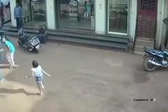 Двухлетний ребенок упал с третьего этажа и остался невредимым