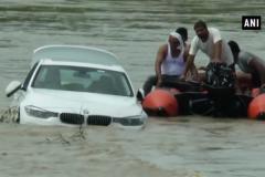 Мужчина не получил в подарок Jaguar и утопил свой BMW