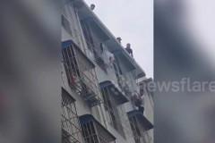 Маленький ребенок выпал из окна пятого этажа, застрял в решетке и выжил