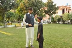 Парень за четыре года вырос до 233 сантиметров и продолжил расти
