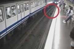Пассажирка метро увлеклась телефоном и упала под прибывающий поезд