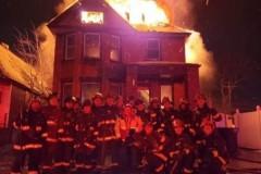 Пожарных раскритиковали за групповой снимок у горящего дома