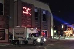 Юноша хотел оплатить счет в ресторане и нечаянно прострелил ногу подруге