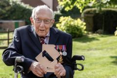 Ветеран Второй мировой спел для врачей и возглавил хит-парад