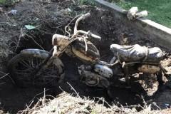 Мужчина случайно нашел раритетный мотоцикл в куче компоста